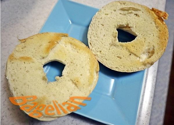 切ってからトーストしたベーグルの断面。薄く焼き色が付いている。