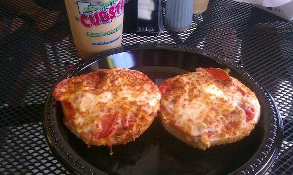 チーズとサラミが載ったピザベーグル