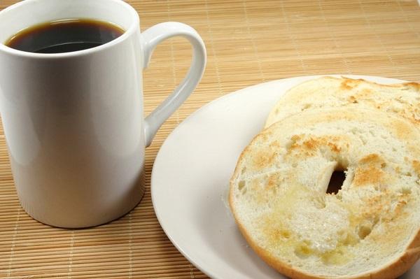 トーストされたベーグルとコーヒーの画像