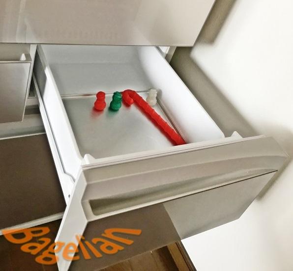 アルミトレイが敷かれた冷凍庫