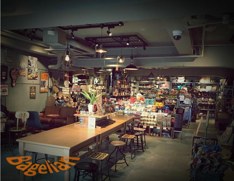 オーサムストア&カフェ原宿の店内写真。10人ほど座れるスペースの奥に雑貨売り場がある。