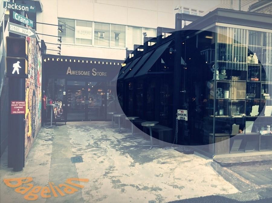 オウサムストア&カフェの外観。入り口横にせり出したスペースがある。
