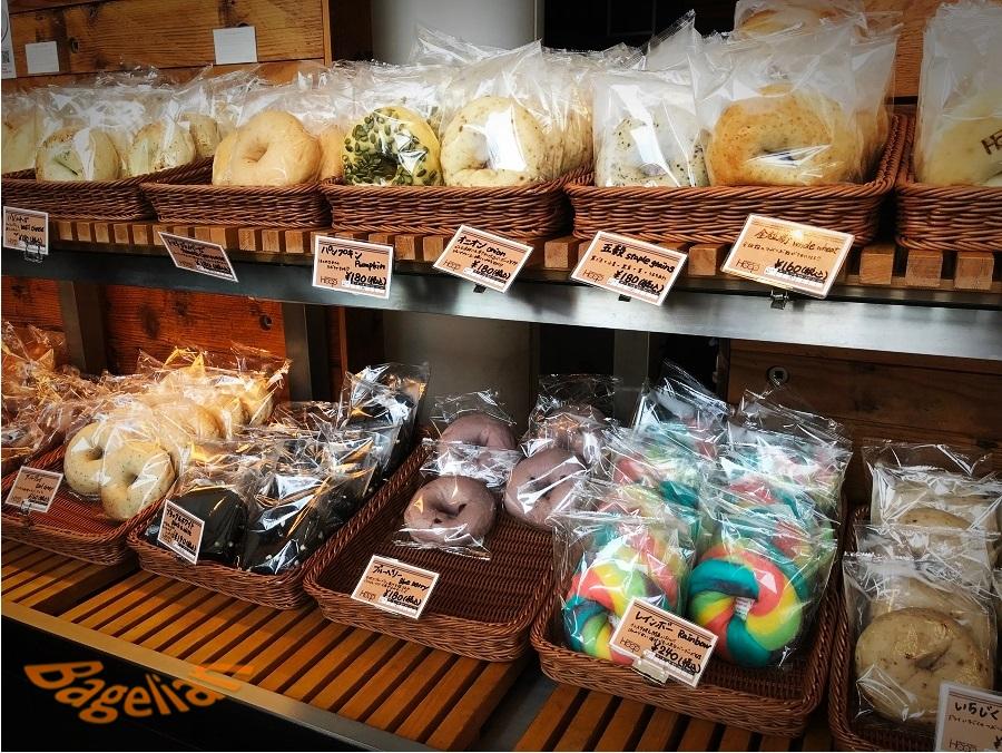 Hoopのベーグル販売棚。数多くのベーグルが並んでいる。