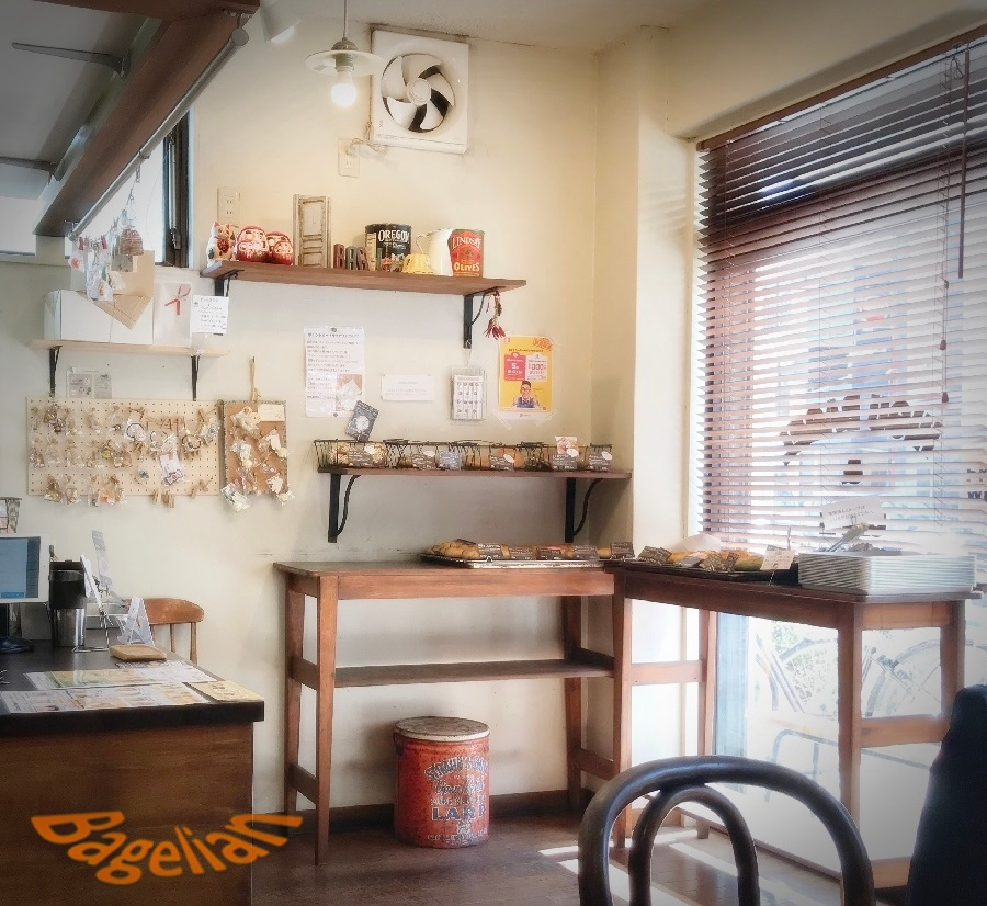 Higuベーグルカフェの店内。日差しが入って明るい。