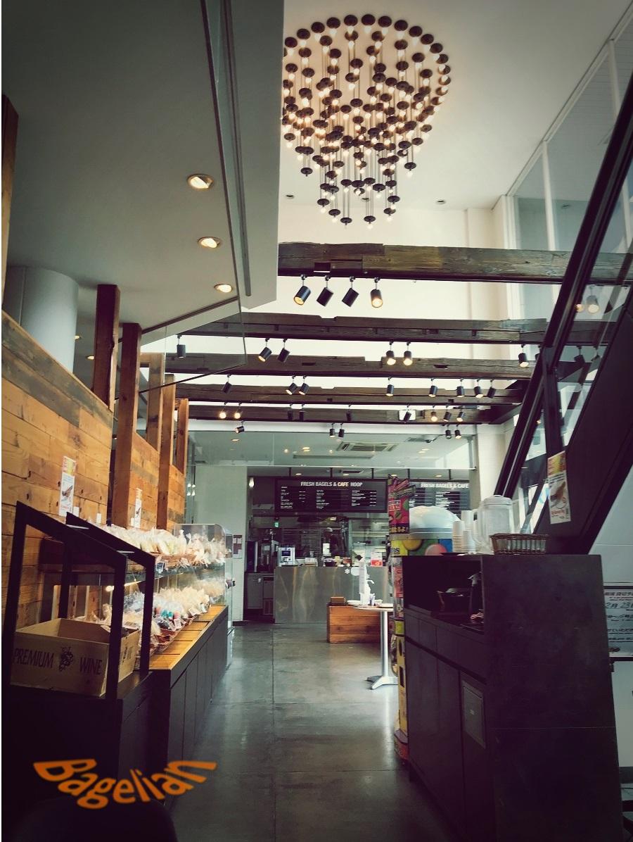 Hoopの店内 天井が高く、大きなシャンデリアが下がっている
